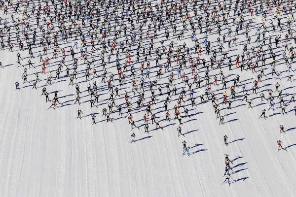 BM2E93A14B901. Cross-country skiers start during the Engadin Ski Marathon