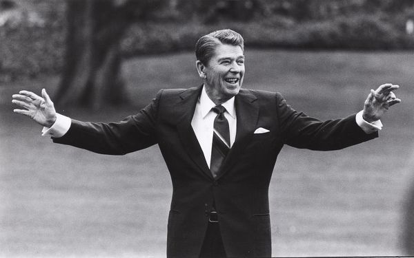 US PRESIDENT RONALD REAGAN WAVING FROM SOUTH LAWN OF WHITE HOUSE