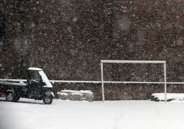 A soccer goalpost is seen during a snowstorm in Milan December 21, 2009. REUTERS/Paolo Bona (ITALY - Tags: ENVIRONMENT SPORT SOCCER) - GM1E5CM0A3M01